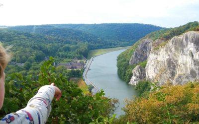 Grootse rotswanden en vergeten kastelen langs de oevers van Lesse en Maas